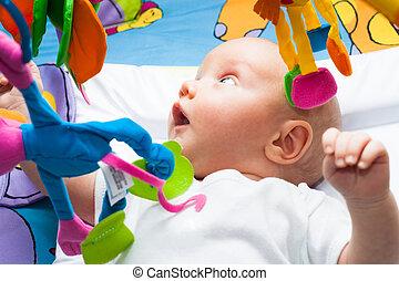 feliz, menino bebê, cama, com, brinquedos