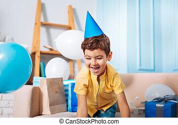 feliz, menino, em, chapéu partido, tendo divertimento