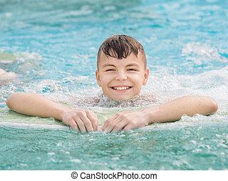 feliz, menino piscina