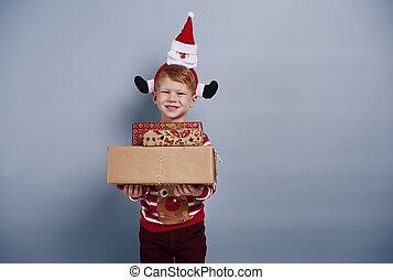 feliz, menino, segurando, caixa presente