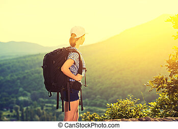 feliz, mochila, mulher, turista, natureza
