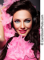 feliz, moda, cara mujer, con, plumas, primer plano, retrato