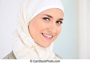 feliz, muçulmano, mulher bonita, sorrindo