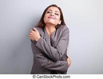 feliz, mujer de negocios, abrazar, ella misma, con, natural, emocional, el gozar, face., amor, concepto, de, usted mismo
