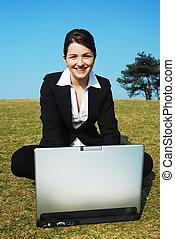 feliz, mujer de negocios, en el trabajo, aire libre