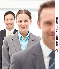 feliz, mujer de negocios que está de pie, consecutivo, con, ella, dos, socios