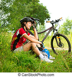 feliz, mujer joven, bicicleta que cabalga, exterior., forma...