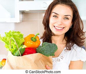 feliz, mujer joven, con, vegetales, en, compras, bag., dieta, concepto