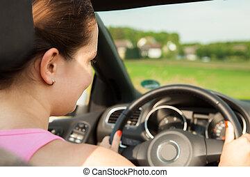 feliz, mujer joven, conducción, el, coche