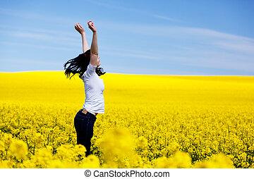 feliz, mujer joven, en, primavera, field., éxito, armonía, salud, ecología