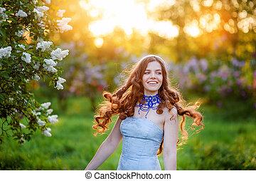 feliz, mujer joven, en, un, parque, en, primavera, lila