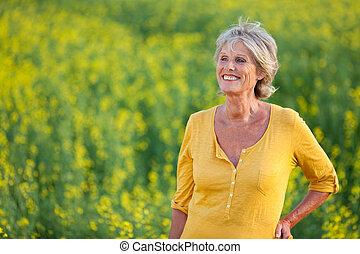 feliz, mujer mayor, posición, en, en, campo