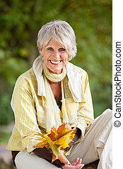 feliz, mujer mayor, tenencia, otoño sale