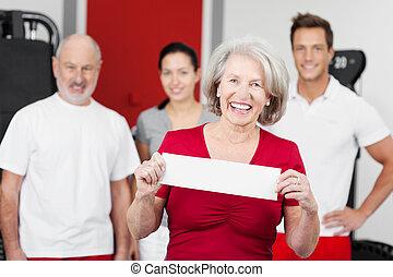 feliz, mujer mayor, tenencia, un, muestra en blanco