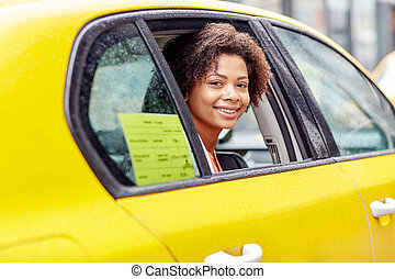 feliz, mulher americana africana, dirigindo, em, táxi