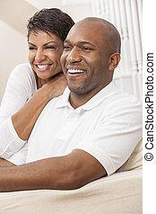 feliz, mulher americana africana, par, sentando, casa