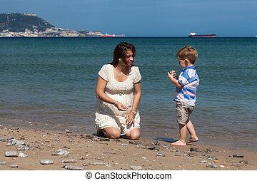 feliz, mulher grávida, jogar criança, menino, praia