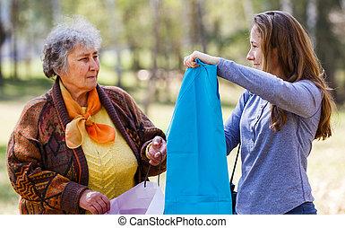 feliz, mulher idosa, com, dela, filha