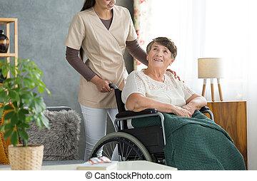 feliz, mulher idosa, em, cadeira rodas