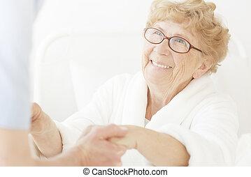 feliz, mulher idosa, olha, enfermeira