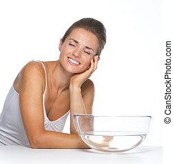 feliz, mulher jovem, com, bacia vidro, com, água