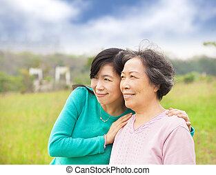 feliz, mulher jovem, com, dela, mãe