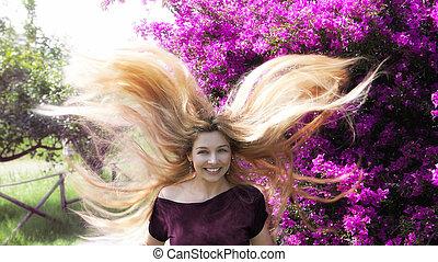 feliz, mulher jovem, com, longo, cabelo loiro