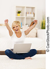 feliz, mulher jovem, com, mãos levantadas