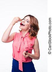 feliz, mulher jovem, comer, cereja