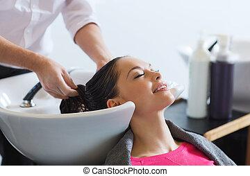 feliz, mulher jovem, em, salão cabelo