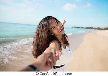 feliz, mulher jovem, executando, em, a, praia