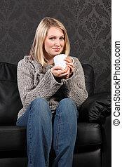 feliz, mulher jovem, relaxado, casa, café bebendo