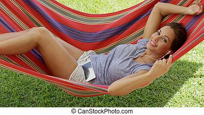 feliz, mulher jovem, relaxante, em, um, coloridos, rede