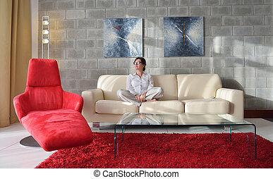 feliz, mulher jovem, relaxe, casa, ligado, sofá