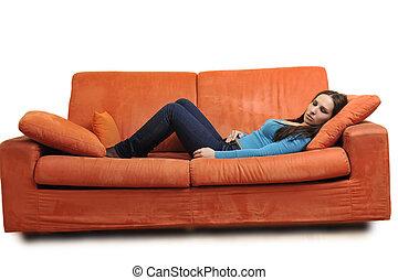 feliz, mulher jovem, relaxe, ligado, laranja, sofá