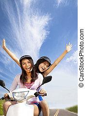 feliz, mulher jovem, tendo, verão, viagem, ligado, um, scooter