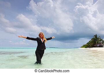 feliz, mulher negócio, ligado, a, oceânicos, costa
