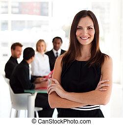 feliz, mulher negócio, sorrindo, câmera