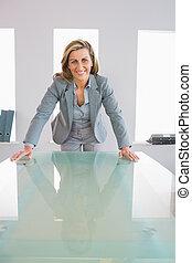 feliz, mulher negócios fica, frente, um, escrivaninha