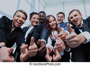 feliz, multi-ethnic, equipo negocio, con, pulgares arriba, en, el, oficina.