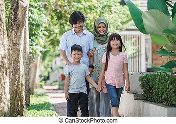 feliz, musulmán, familia asiática, joven