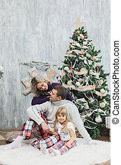 feliz natal, e, feliz, feriados, família, trocar, gifts., pai, e, filha, tendo divertimento, e, jogando, perto, árvore natal, indoors.