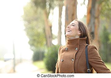 feliz, nebuloso, fresco, mulher, parque, respirar, inverno, ar