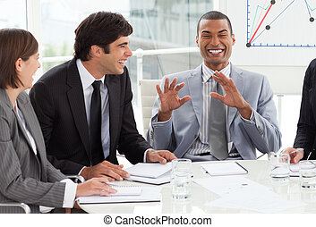 feliz, negocio internacional, gente, discutir, un, presupuesto, plan