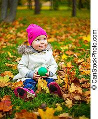 feliz, nena, en, el, otoño, parque