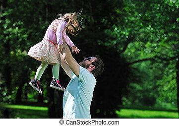 feliz, niña, al aire libre, hombre