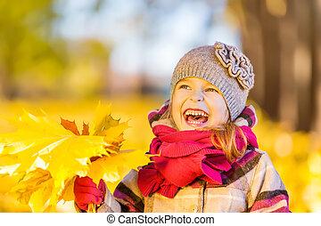 feliz, niña, con, otoño sale