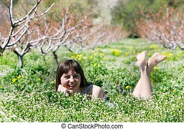 feliz, niña, en, hierba verde