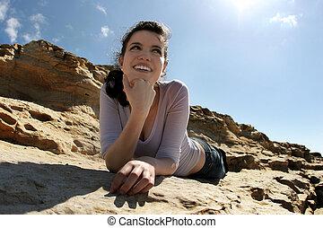 feliz, niña, en, rocas