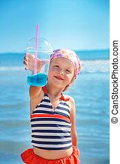 feliz, niña, en, traje de baño, con, azul, cóctel, en, el, playa., summer., vacation., sea., ocean.